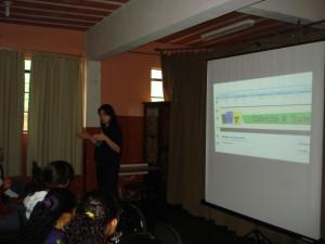 Profª. Vivian explicando sobre o Jornal Ciência & Tudo